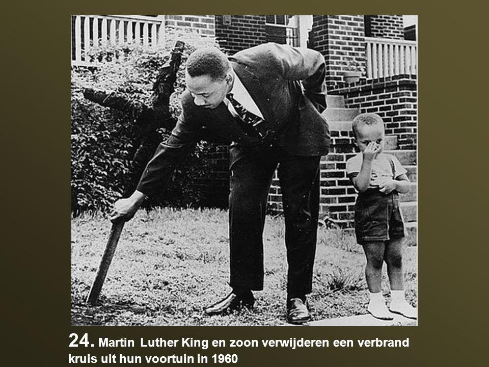 24. Martin Luther King en zoon verwijderen een verbrand kruis uit hun voortuin in 1960