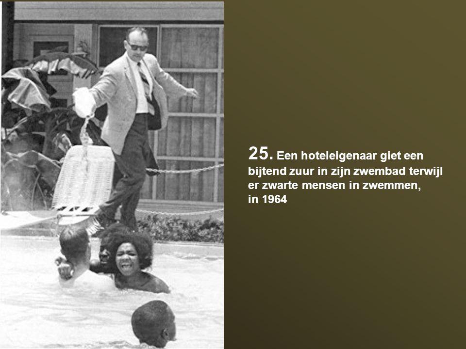 25. Een hoteleigenaar giet een bijtend zuur in zijn zwembad terwijl er zwarte mensen in zwemmen, in 1964