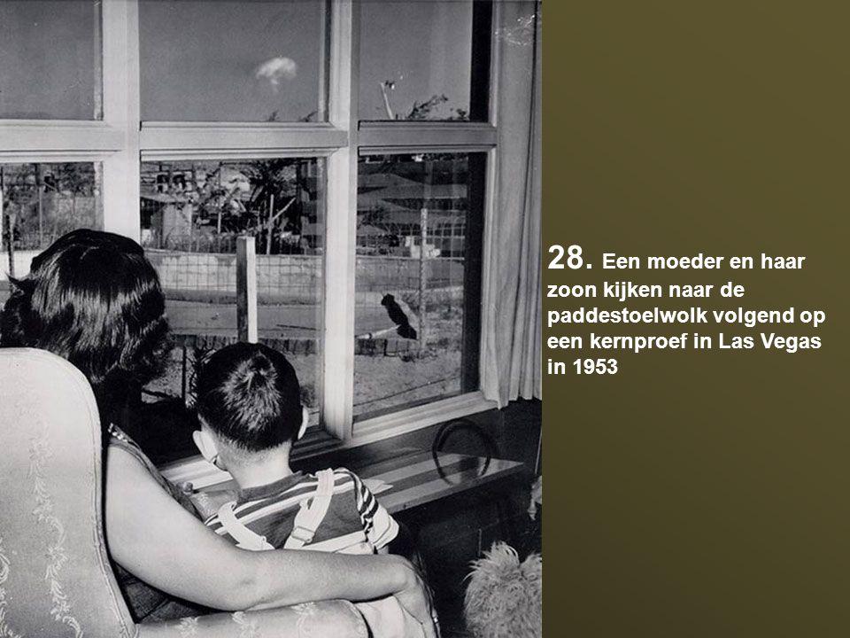 28. Een moeder en haar zoon kijken naar de paddestoelwolk volgend op een kernproef in Las Vegas in 1953