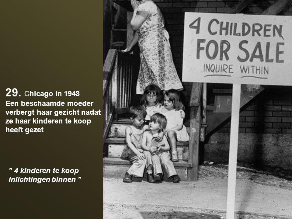 29. Chicago in 1948 Een beschaamde moeder verbergt haar gezicht nadat ze haar kinderen te koop heeft gezet