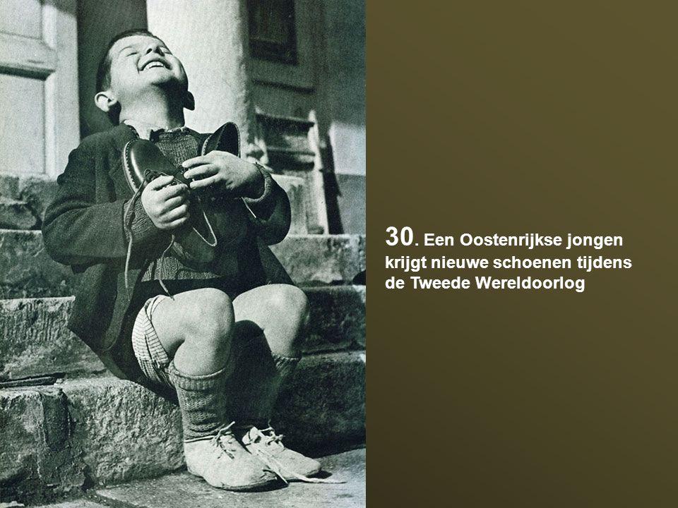 30. Een Oostenrijkse jongen krijgt nieuwe schoenen tijdens de Tweede Wereldoorlog