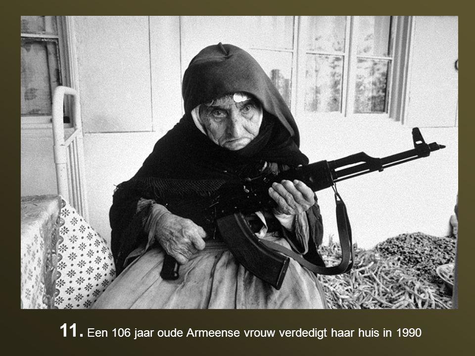 11. Een 106 jaar oude Armeense vrouw verdedigt haar huis in 1990