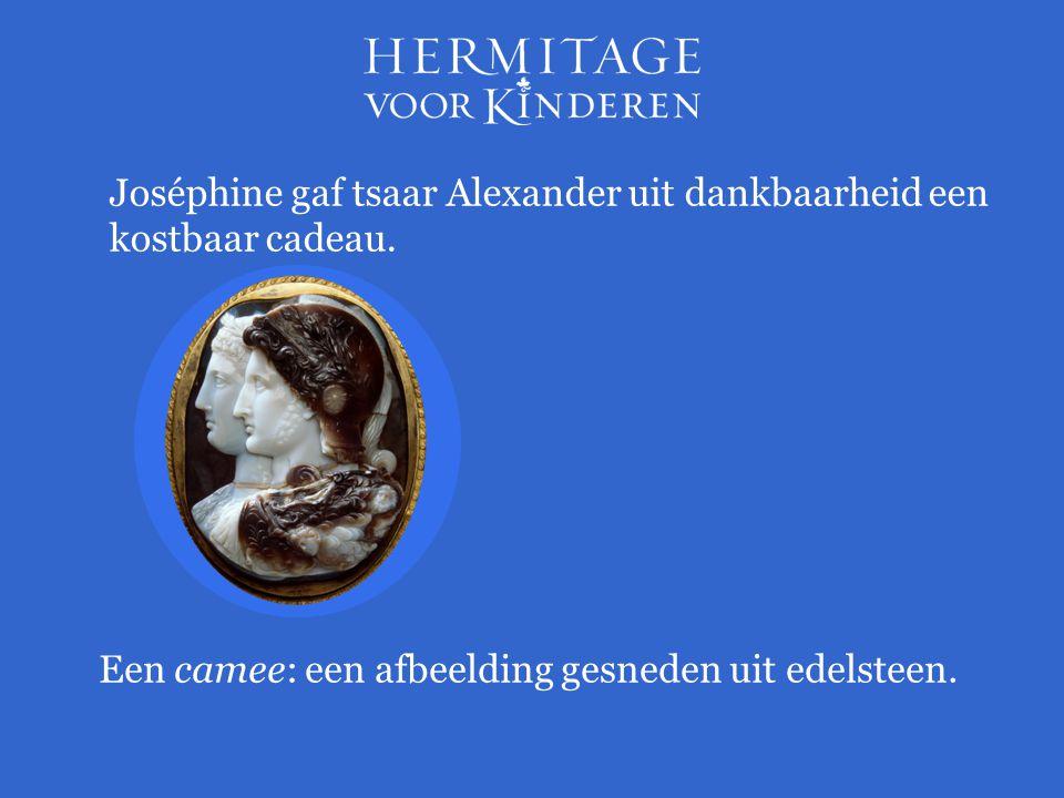Joséphine gaf tsaar Alexander uit dankbaarheid een kostbaar cadeau. Een camee: een afbeelding gesneden uit edelsteen.