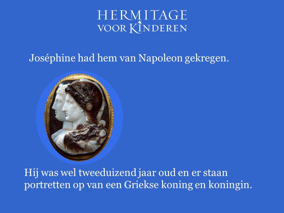 Joséphine had hem van Napoleon gekregen. Hij was wel tweeduizend jaar oud en er staan portretten op van een Griekse koning en koningin.