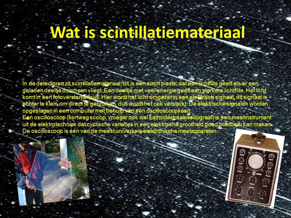 Wat is scintillatiemateriaal In de detectoren zit scintillatiemateriaal, dit is een soort plastic dat een lichtflits geeft als er een geladen deeltje