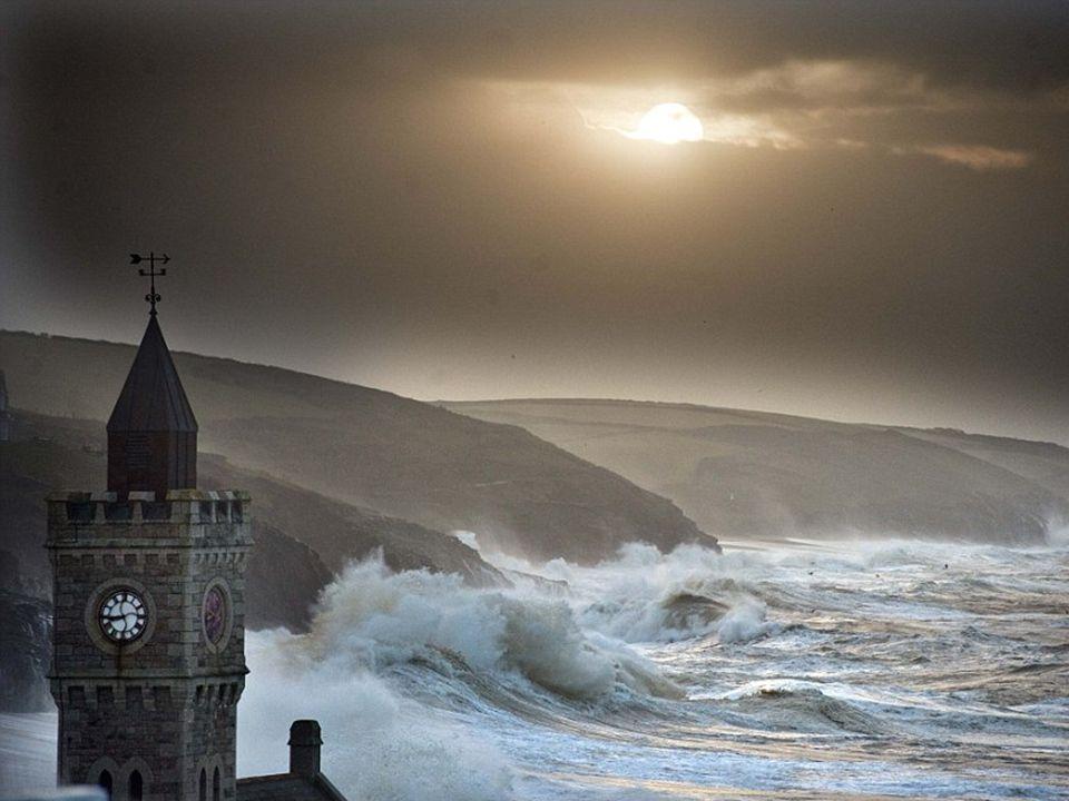 Als een schilderij: Een storm nadert de kust bij Falmouth, Cornwall, net na zonsondergang op zondagavond 5 januari 2014