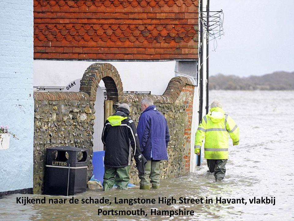 Waar begint de weg, de overstroming bij een parkeerplaats aan de South Street in Emsworth, Hampshire