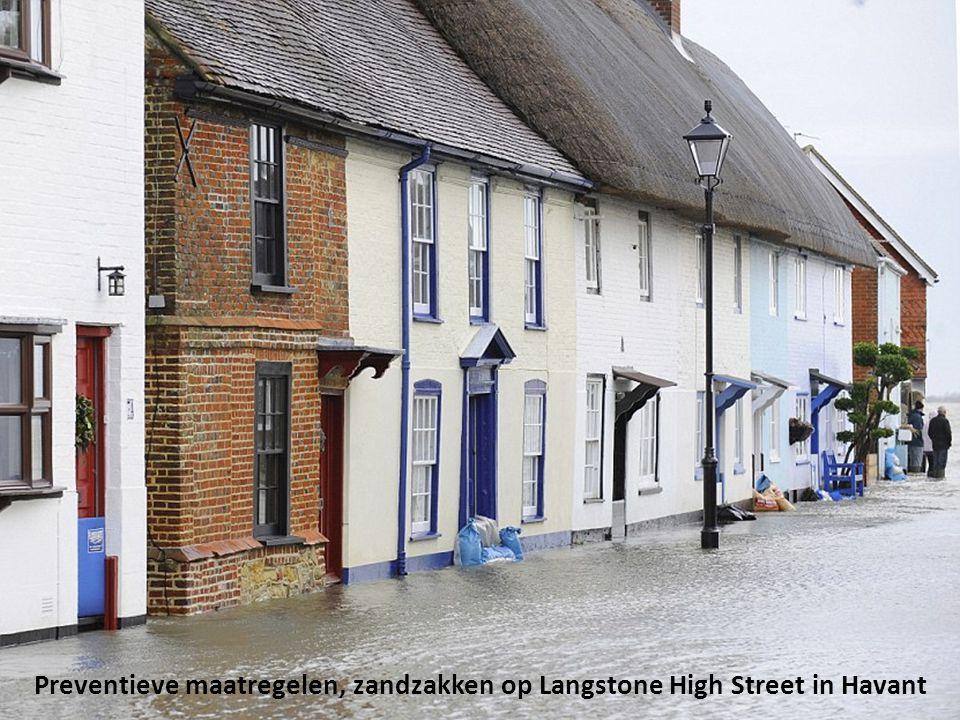 Kijkend naar de schade, Langstone High Street in Havant, vlakbij Portsmouth, Hampshire