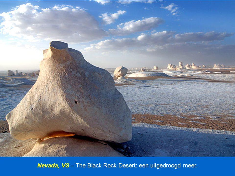 """Antarctica – McMurdo Droge Valleien: ijzeroxide kleurt de snuit van de Taylor gletsjer en vormt een kenmerk dat men """"bloedwatervallen"""" noemt."""