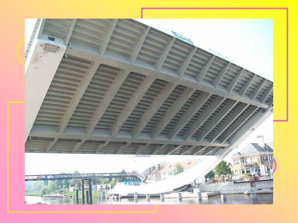 In 2009-2011 is er een nieuwe brug gebouwd. Het is een 16 meter brede kantelbrug met 15 meter hoge rolarmen. De hefbeweging geschiedt dus langs de len