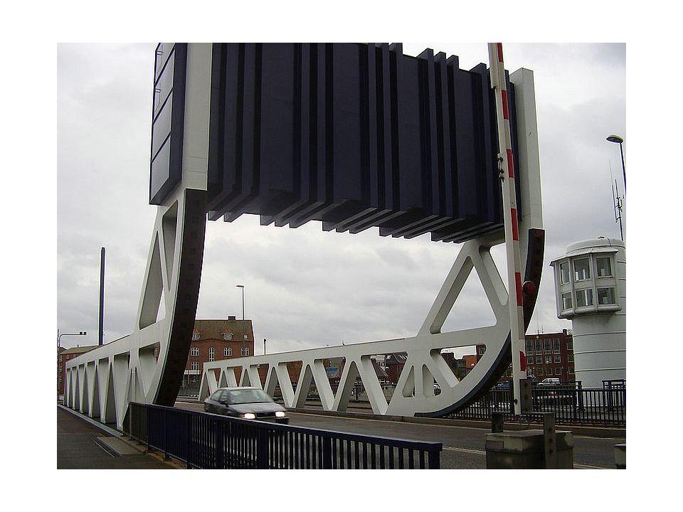 De Scheepsdalebrug is het nieuwste spektakel. Met het mooie weer maken veel wandelaars even een ommetje langs de bouwwerf. Van op de noodbrug heb je e
