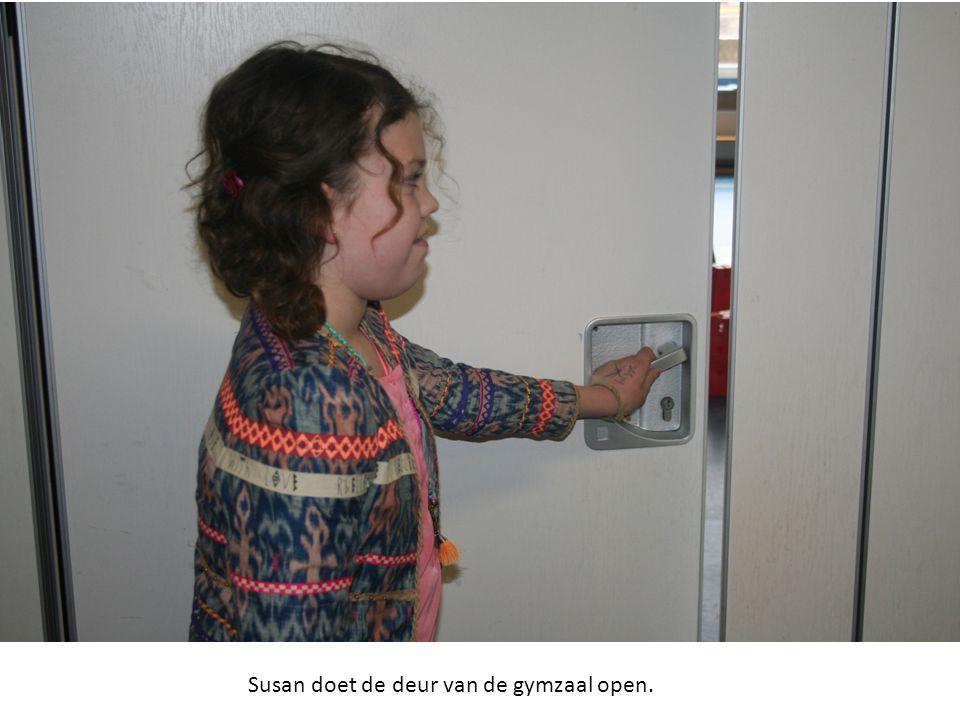 Susan doet de deur van de gymzaal open.