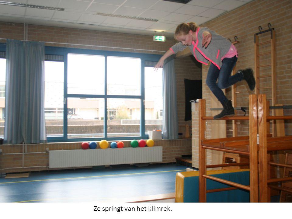 Ze springt van het klimrek.