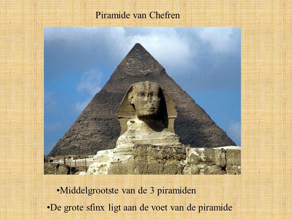 Piramide van Chefren Middelgrootste van de 3 piramiden De grote sfinx ligt aan de voet van de piramide