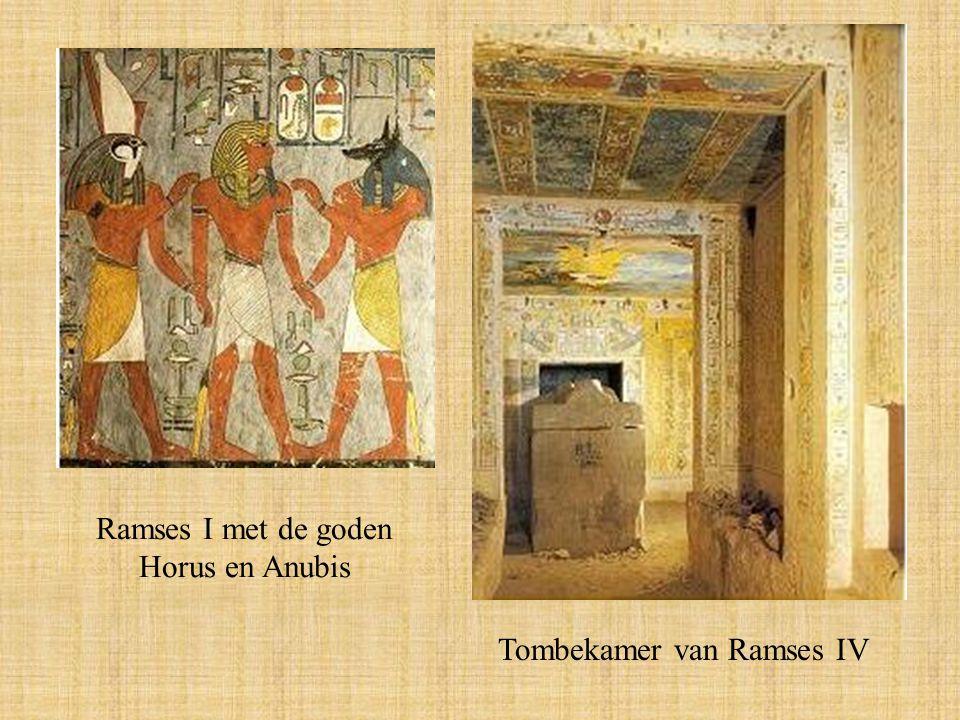 Ramses I met de goden Horus en Anubis Tombekamer van Ramses IV