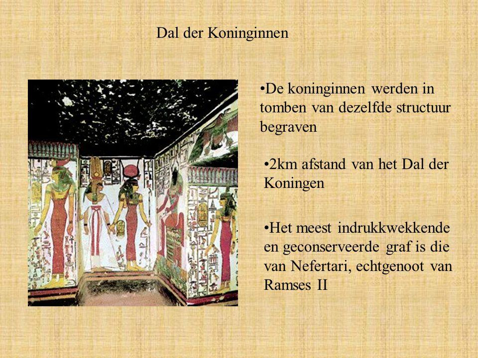 Dal der Koninginnen De koninginnen werden in tomben van dezelfde structuur begraven 2km afstand van het Dal der Koningen Het meest indrukkwekkende en geconserveerde graf is die van Nefertari, echtgenoot van Ramses II
