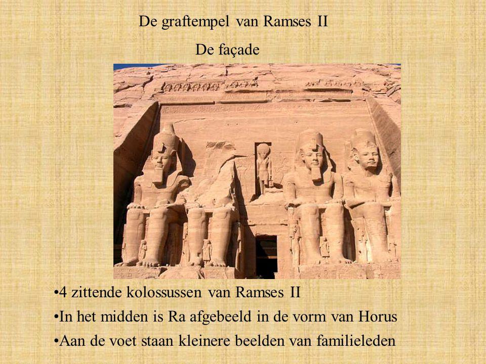 De graftempel van Ramses II De façade 4 zittende kolossussen van Ramses II In het midden is Ra afgebeeld in de vorm van Horus Aan de voet staan kleinere beelden van familieleden