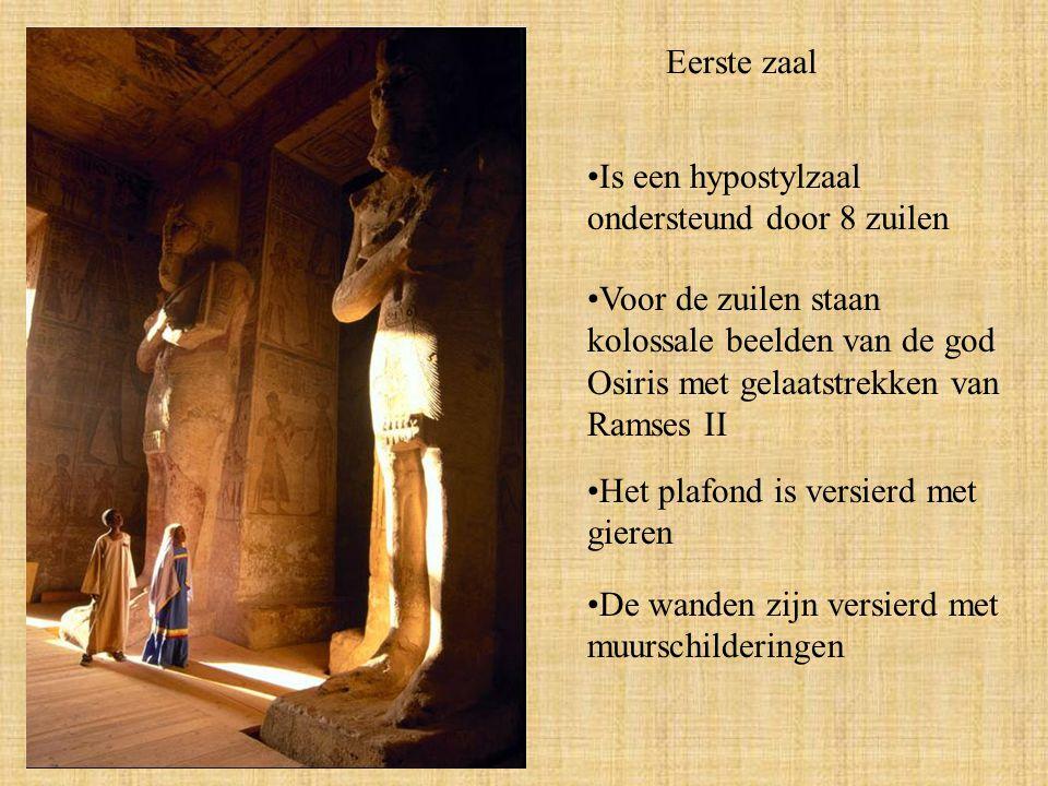 Eerste zaal Is een hypostylzaal ondersteund door 8 zuilen Voor de zuilen staan kolossale beelden van de god Osiris met gelaatstrekken van Ramses II Het plafond is versierd met gieren De wanden zijn versierd met muurschilderingen