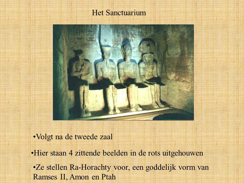 Het Sanctuarium Volgt na de tweede zaal Hier staan 4 zittende beelden in de rots uitgehouwen Ze stellen Ra-Horachty voor, een goddelijk vorm van Ramses II, Amon en Ptah