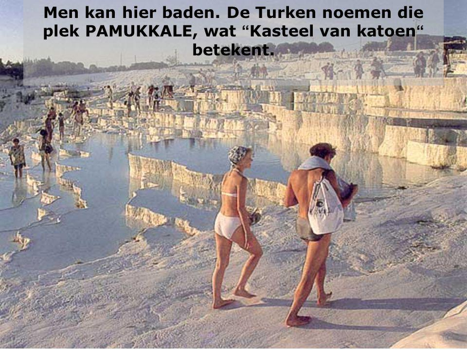 """Men kan hier baden. De Turken noemen die plek PAMUKKALE, wat """" Kasteel van katoen """" betekent."""