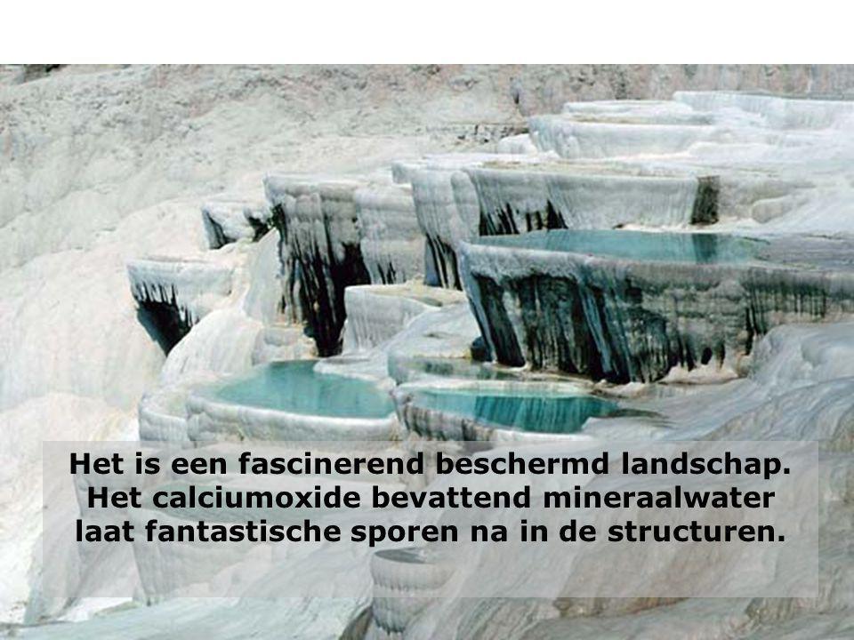 Het is een fascinerend beschermd landschap. Het calciumoxide bevattend mineraalwater laat fantastische sporen na in de structuren.