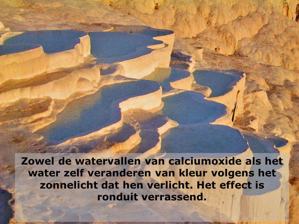 Zowel de watervallen van calciumoxide als het water zelf veranderen van kleur volgens het zonnelicht dat hen verlicht.
