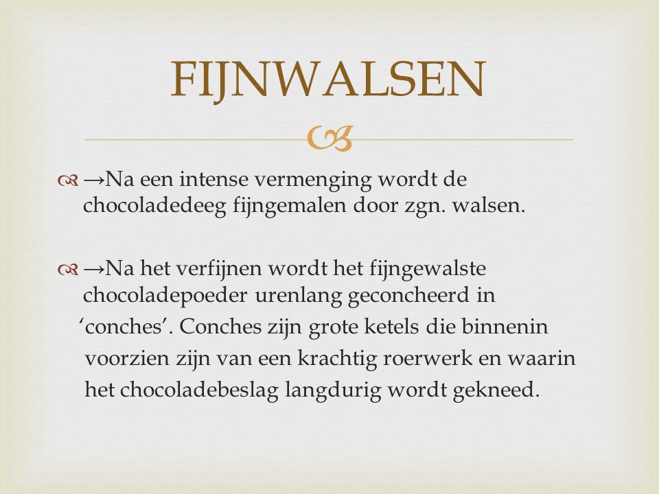   →Na een intense vermenging wordt de chocoladedeeg fijngemalen door zgn. walsen.  →Na het verfijnen wordt het fijngewalste chocoladepoeder urenlan