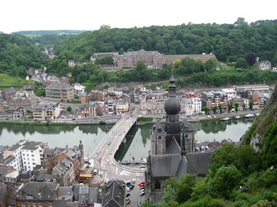 Dinant een prachtige stad doorkruist door de rivier de Maas