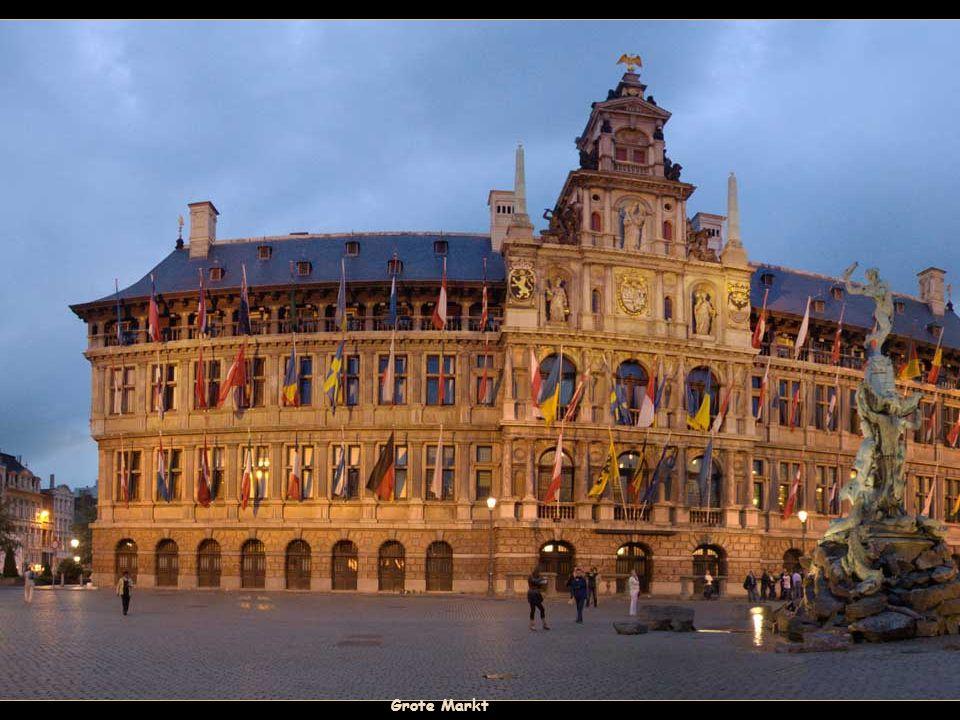 Antwerpen, de naam van de stad komt van de legende van Silvio Brabo, wiens standbeeld kan worden gezien op de Grote Markt (plein). Volgens de legende