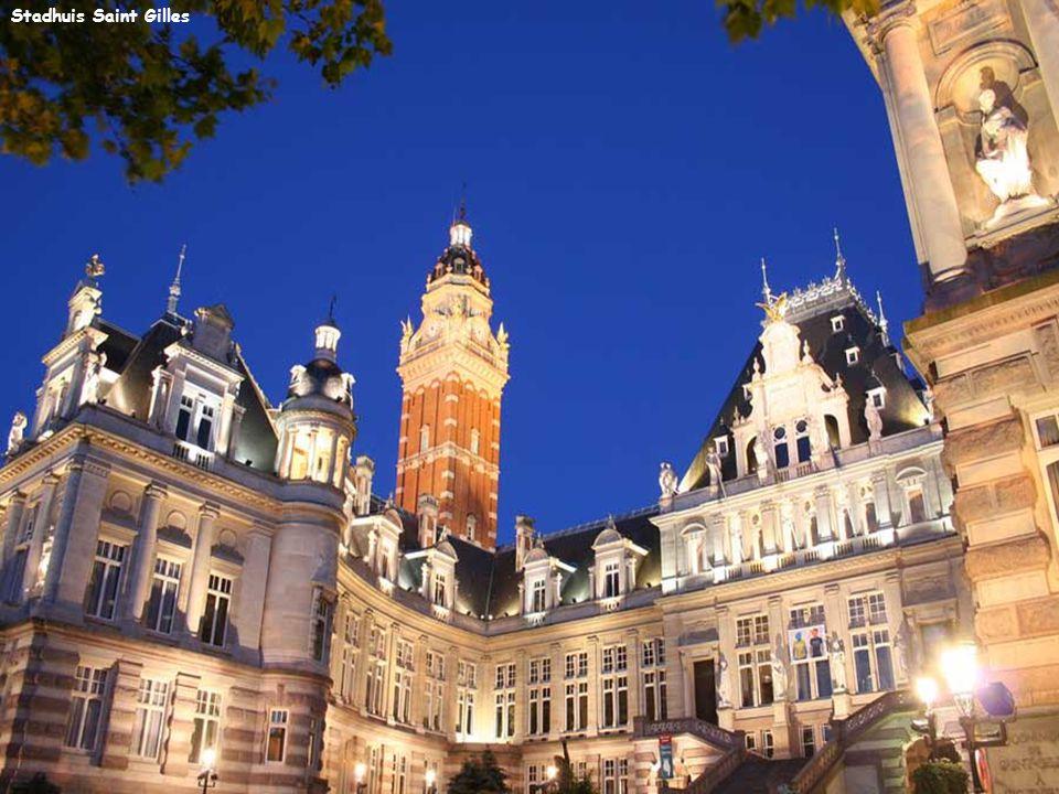Het beroemde standbeeld van Manneken Pis is een bronzen standbeeld van sommige vijftig centimeter in het historische centrum van Brussel