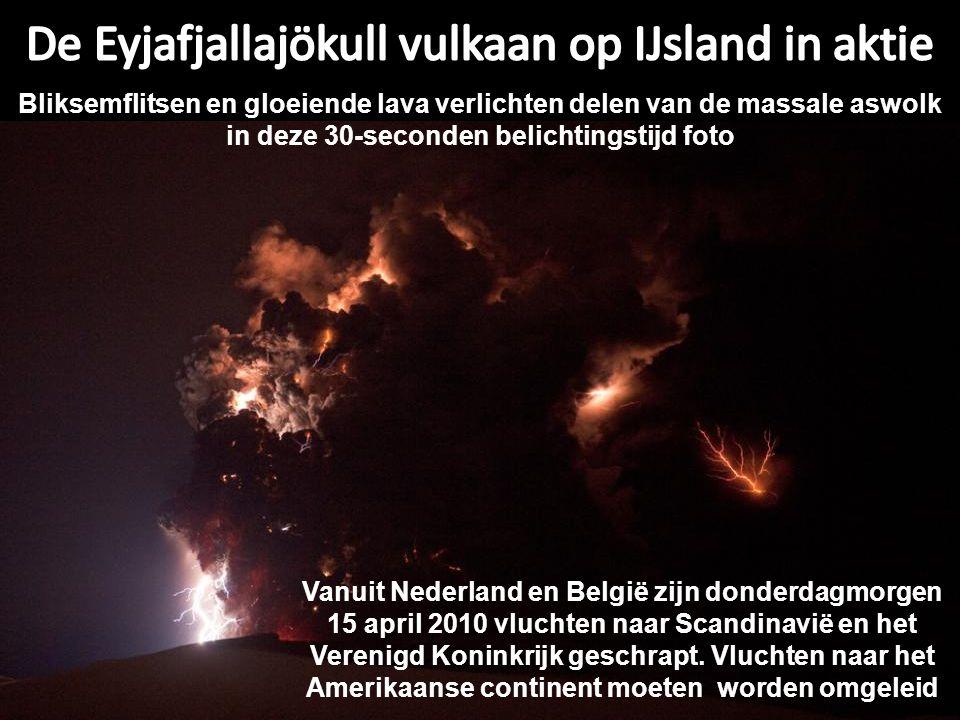 Bliksemflitsen en gloeiende lava verlichten delen van de massale aswolk in deze 30-seconden belichtingstijd foto Vanuit Nederland en België zijn donderdagmorgen 15 april 2010 vluchten naar Scandinavië en het Verenigd Koninkrijk geschrapt.