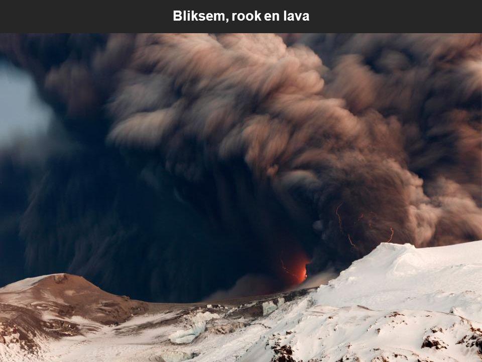 Een donkere wolk as over de IJslandse zuidkust