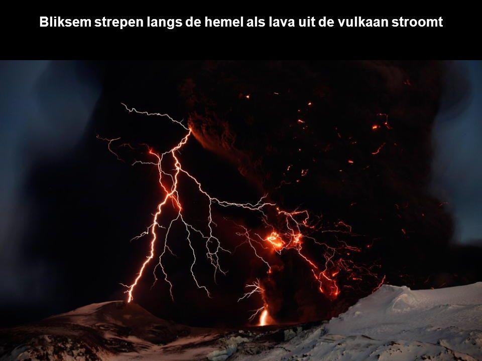 De aswolk van binnenuit wordt verlicht door meerdere bliksemflitsen
