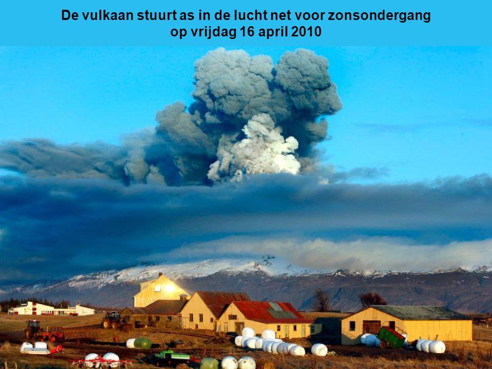 Bliksem strepen langs de hemel als lava uit de vulkaan stroomt