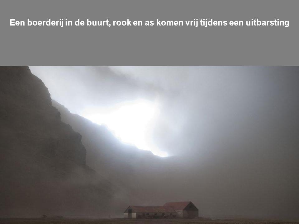 De vulkaan stuurt as in de lucht net voor zonsondergang op vrijdag 16 april 2010