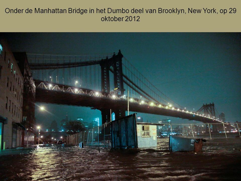 De skyline van Lower Manhattan zit in het donker na de stroomstoring door Orkaan Sandy in New York op 29 oktober 2012 Na Orkaan Sandy Foto's van maand