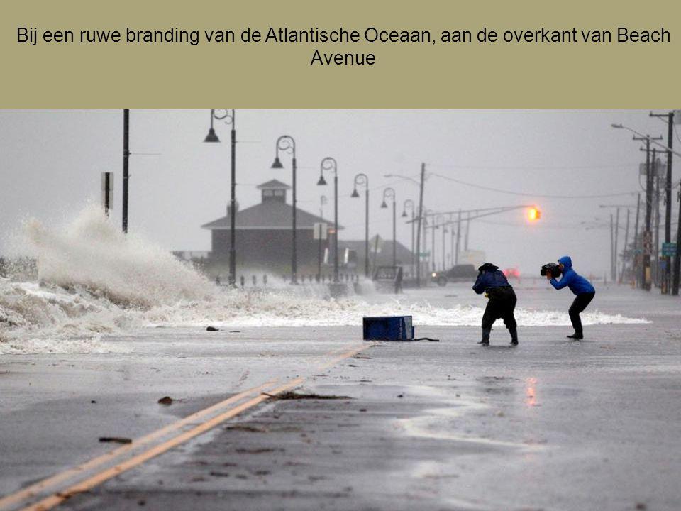 Bij een ruwe branding van de Atlantische Oceaan, aan de overkant van Beach Avenue