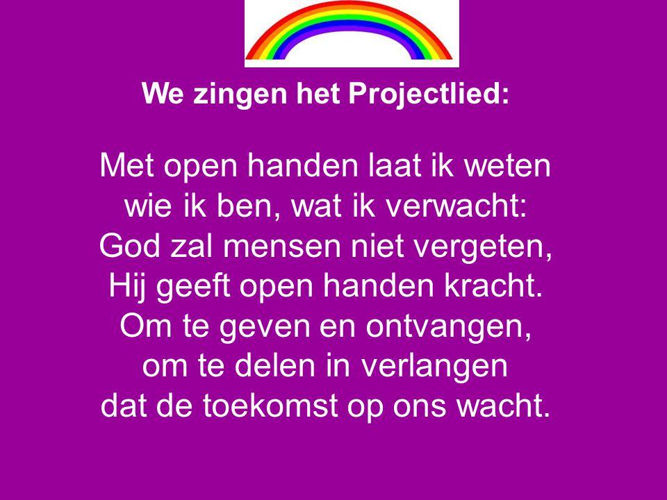 We zingen het Projectlied: Met open handen laat ik weten wie ik ben, wat ik verwacht: God zal mensen niet vergeten, Hij geeft open handen kracht. Om t