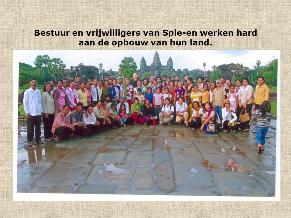 Bestuur en vrijwilligers van Spie-en werken hard aan de opbouw van hun land.