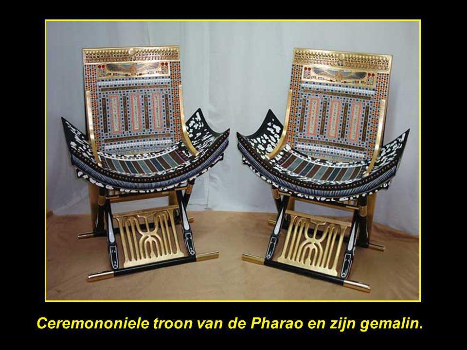 Ceremononiele troon van de Pharao en zijn gemalin.