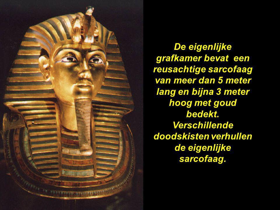 De eigenlijke grafkamer bevat een reusachtige sarcofaag van meer dan 5 meter lang en bijna 3 meter hoog met goud bedekt.