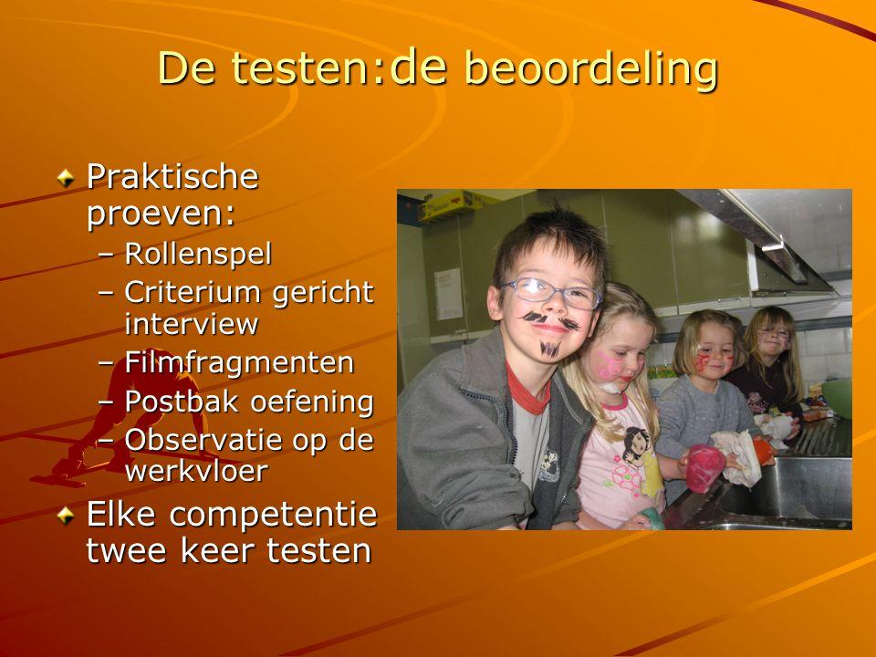 De testen: de beoordeling Praktische proeven: –Rollenspel –Criterium gericht interview –Filmfragmenten –Postbak oefening –Observatie op de werkvloer Elke competentie twee keer testen