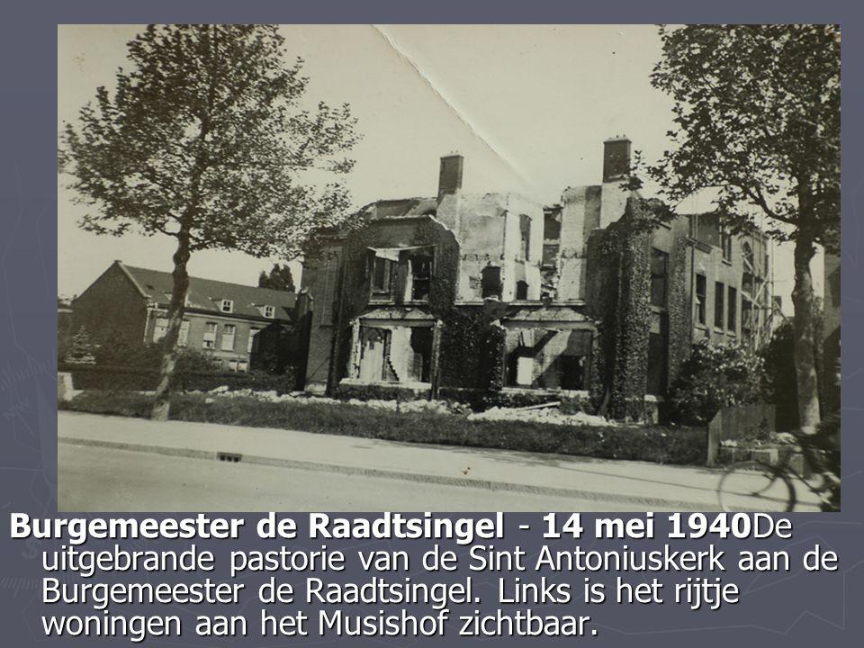 Burgemeester de Raadtsingel - 14 mei 1940De uitgebrande pastorie van de Sint Antoniuskerk aan de Burgemeester de Raadtsingel. Links is het rijtje woni
