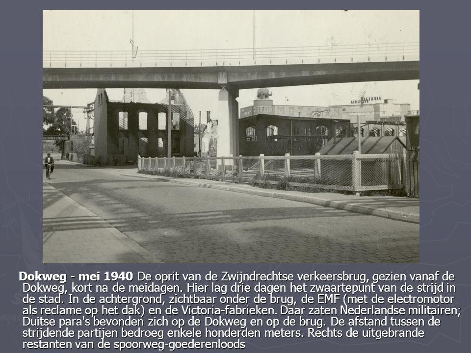 Dokweg - mei 1940 De oprit van de Zwijndrechtse verkeersbrug, gezien vanaf de Dokweg, kort na de meidagen. Hier lag drie dagen het zwaartepunt van de