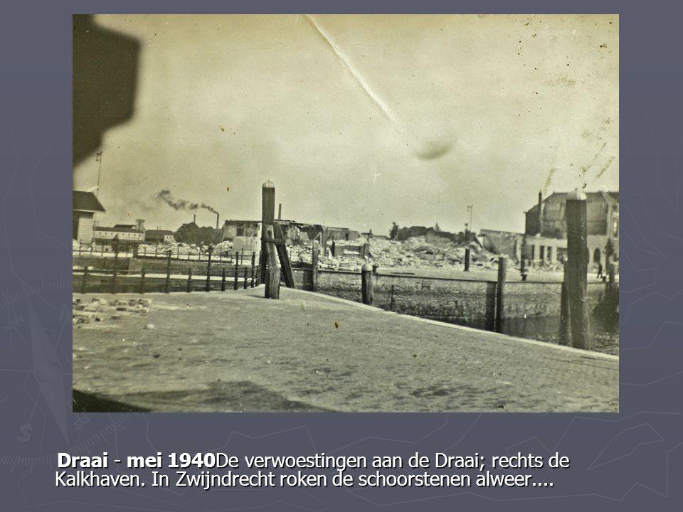 Draai - mei 1940De verwoestingen aan de Draai; rechts de Kalkhaven. In Zwijndrecht roken de schoorstenen alweer.... Draai - mei 1940De verwoestingen a