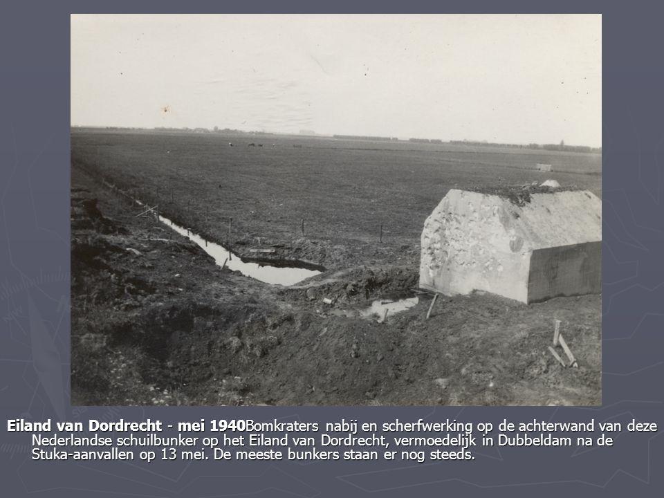 Eiland van Dordrecht - mei 1940Bomkraters nabij en scherfwerking op de achterwand van deze Nederlandse schuilbunker op het Eiland van Dordrecht, vermo