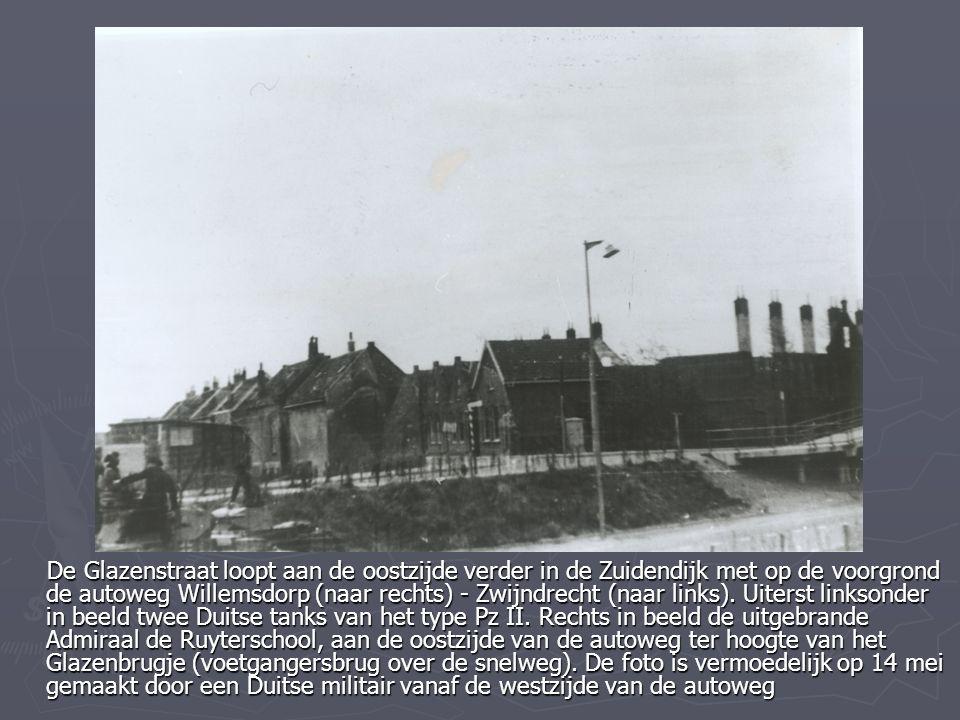 De Glazenstraat loopt aan de oostzijde verder in de Zuidendijk met op de voorgrond de autoweg Willemsdorp (naar rechts) - Zwijndrecht (naar links). Ui