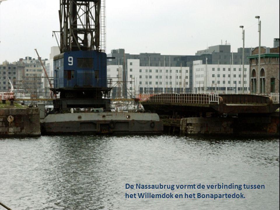 De Nassaubrug vormt de verbinding tussen het Willemdok en het Bonapartedok.