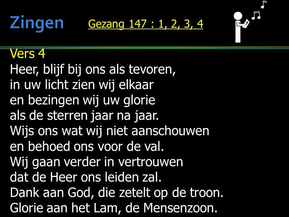 Vers 4 Heer, blijf bij ons als tevoren, in uw licht zien wij elkaar en bezingen wij uw glorie als de sterren jaar na jaar. Wijs ons wat wij niet aansc