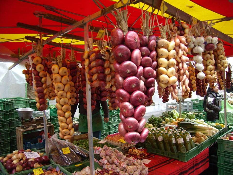 """De """"uienmarkt"""" in Bern is een van de populairste herfstfeesten in Zwitserland. Het is een van de grootste feesten in het land. De kramen staan verspre"""